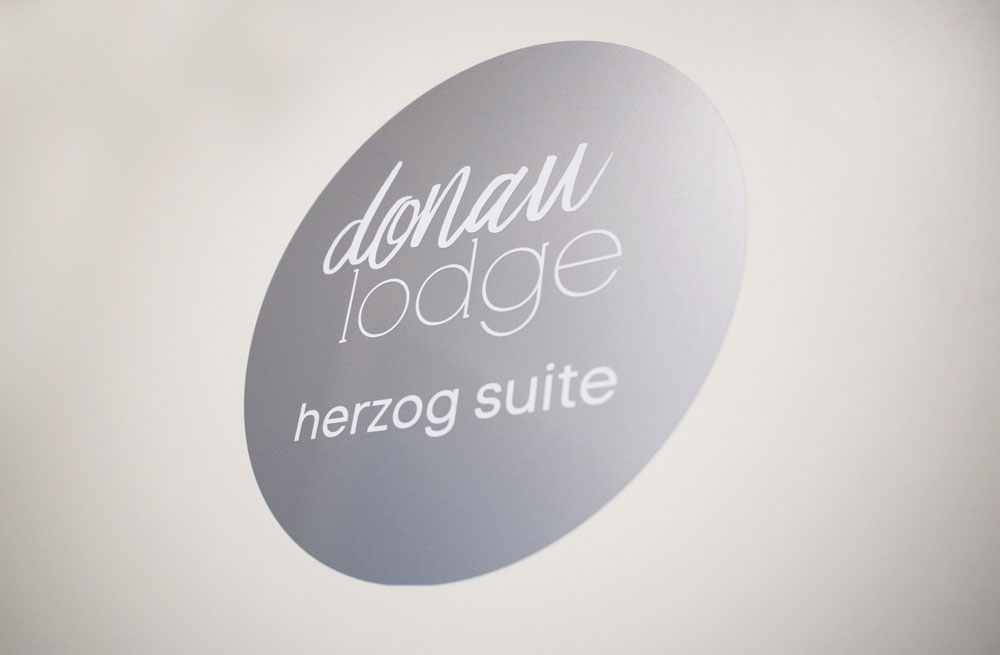 donau_lodge_suite_5_logo_WEB.jpg
